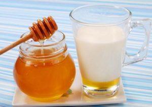 10-huismiddeltjes-die-helpen-bij-verkoudheid-melk-en-honing
