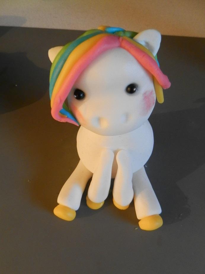 DIY Unicorn taarttopper van fondant maken 12