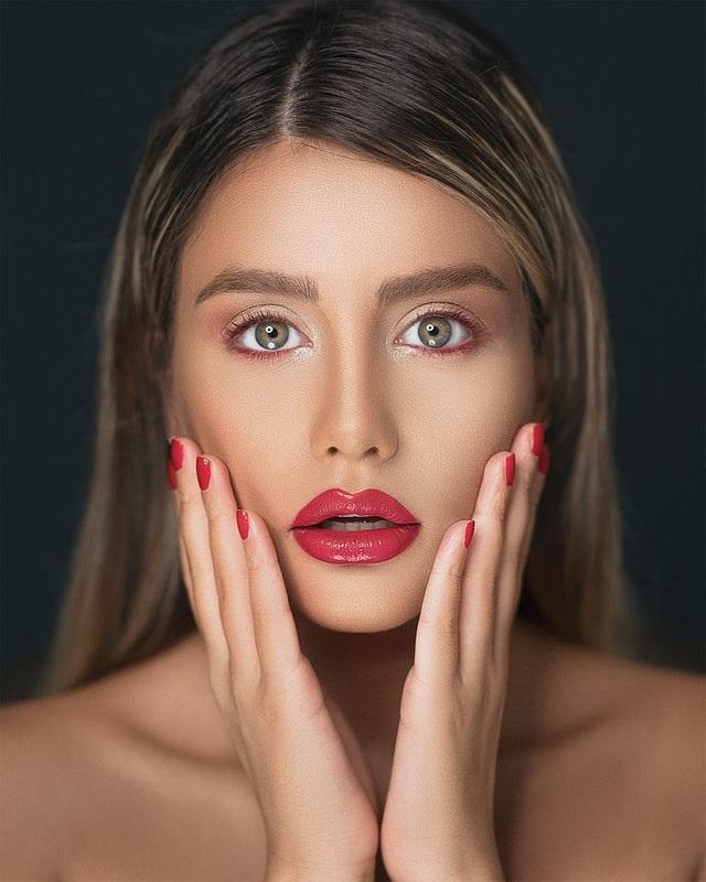 Nageltrends lente zomer 2020 van blauw tot nude rode nagels rode lippen