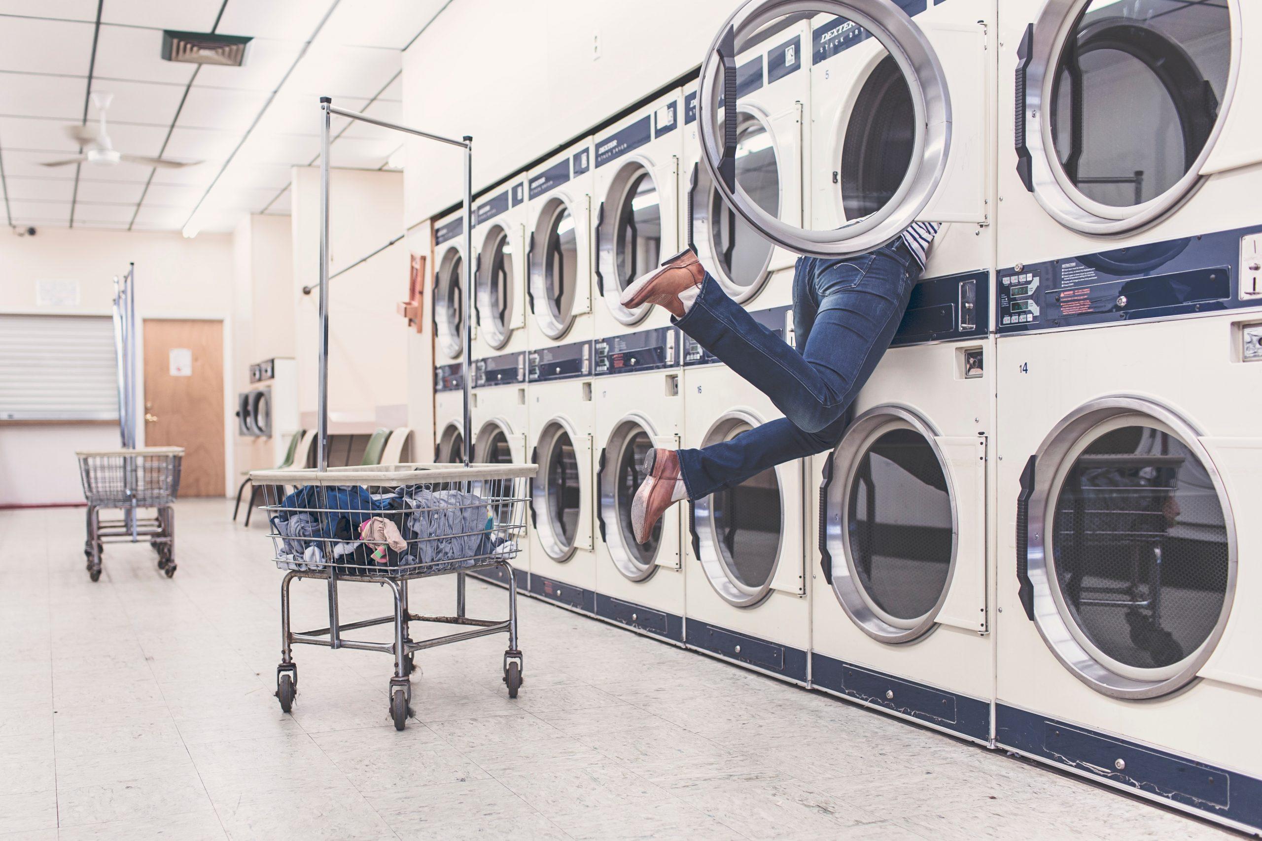 9 Wasfouten die je kleding kunnen ruïneren en hoe je dan wel moet wassen
