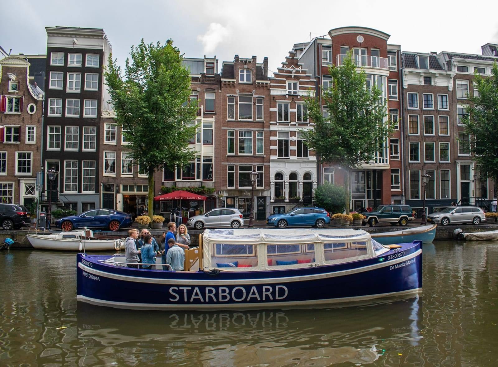 Ontdek Amsterdam lopend, met de boot of de hop on hop off bus boot