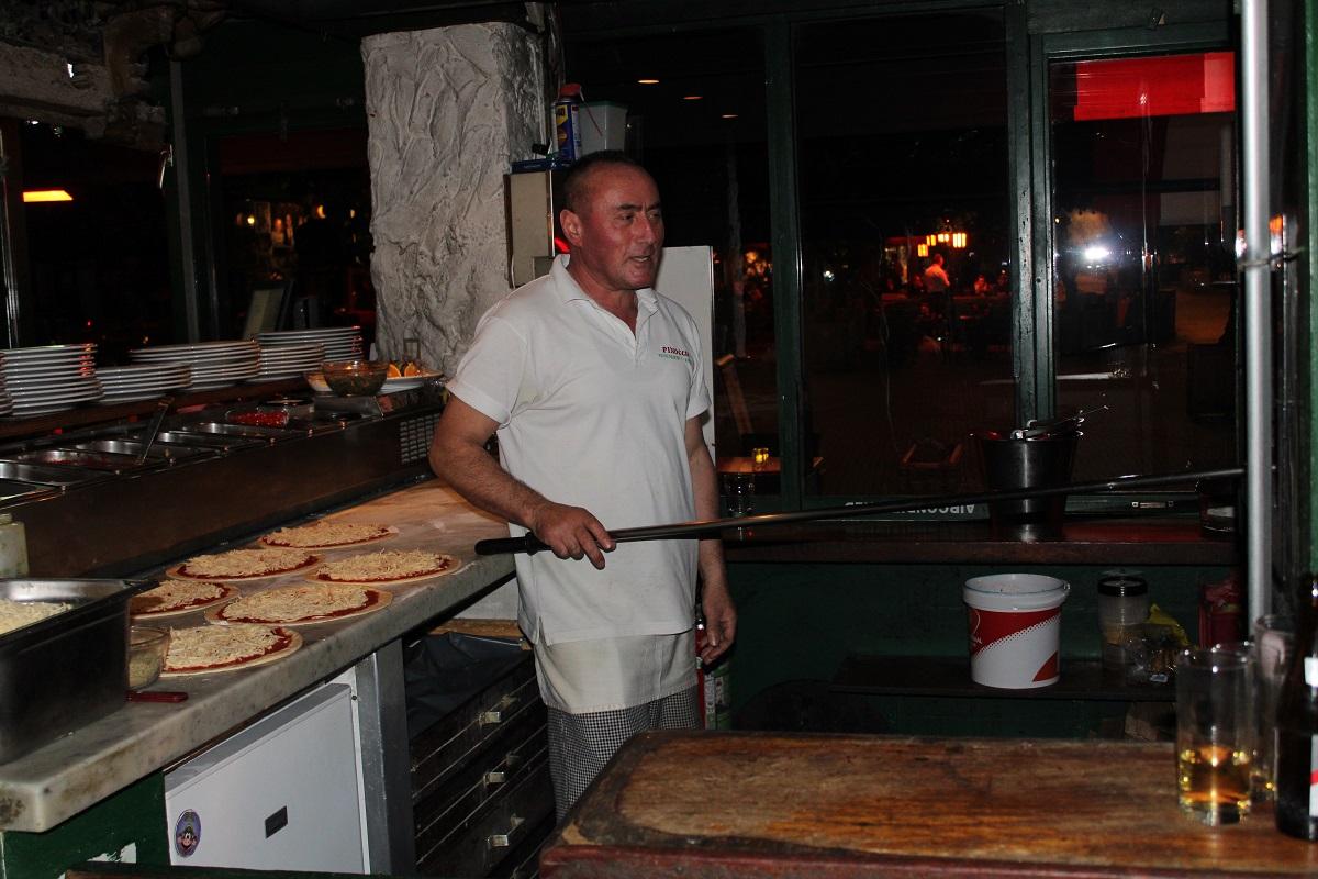 Restaurant en pizzeria Pinoccio genieten van Italiaans eten pizzabakker houtoven