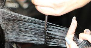Zo kun je je eigen haren knippen met tips van de kapster