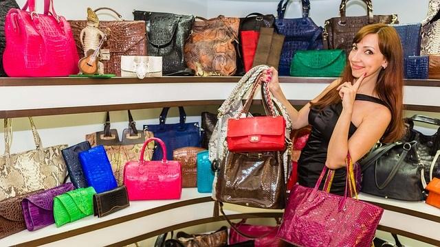 Een handtas is net als een schatkist, wij vrouwen stoppen er van alles en nog wat in 1