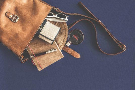 Een handtas is net als een schatkist, wij vrouwen stoppen er van alles en nog wat in