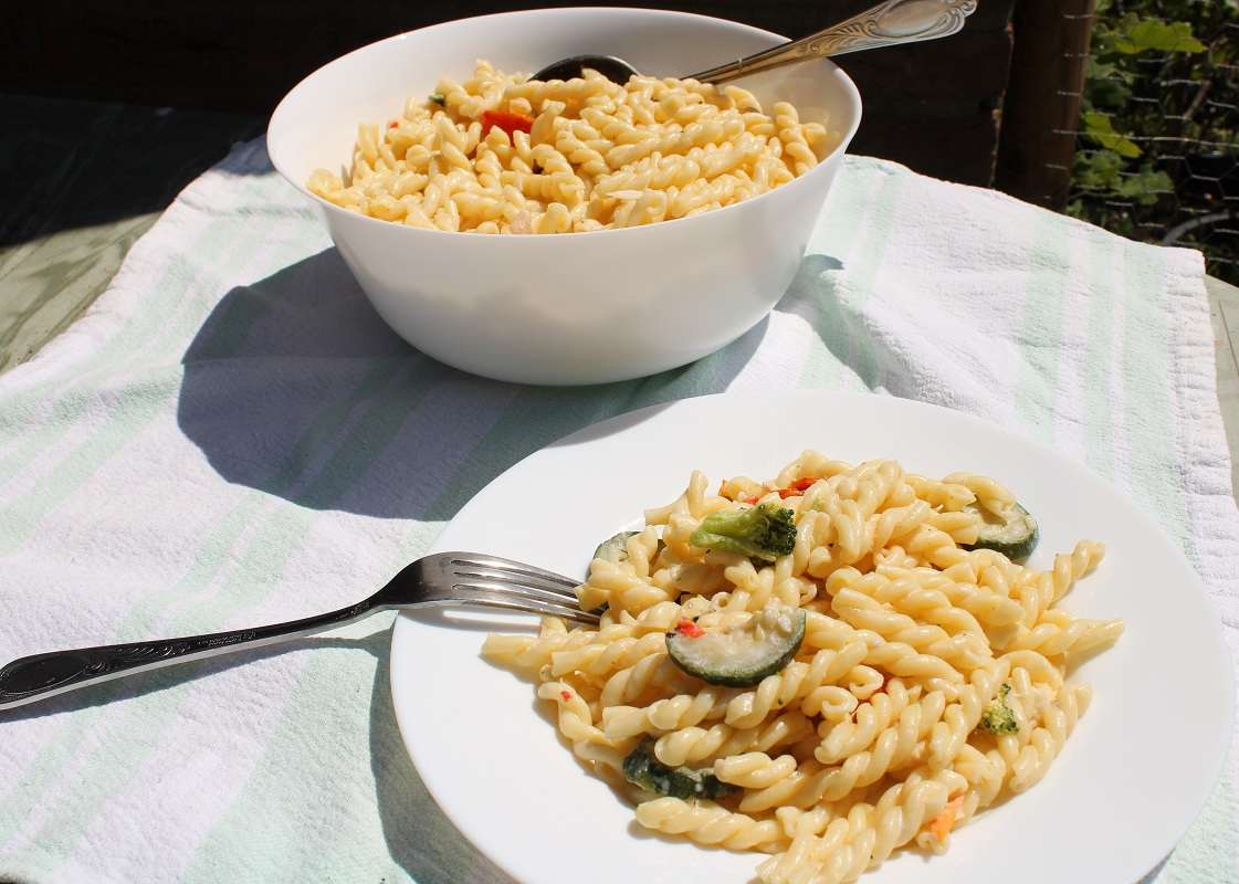 Simpele vegetarische pastasalade met veel groente 2