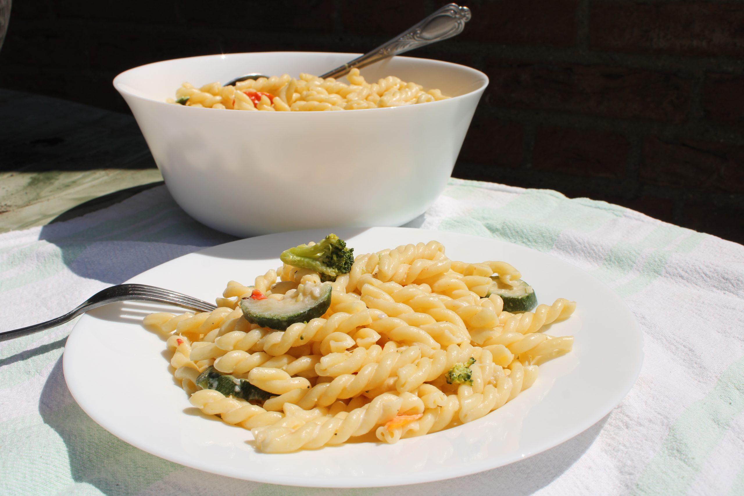 Simpele vegetarische pastasalade met veel groente
