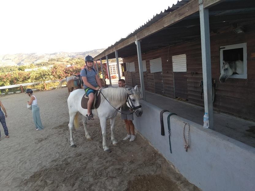 Unieke beleving zonsondergang op Kos te paard paardrijden