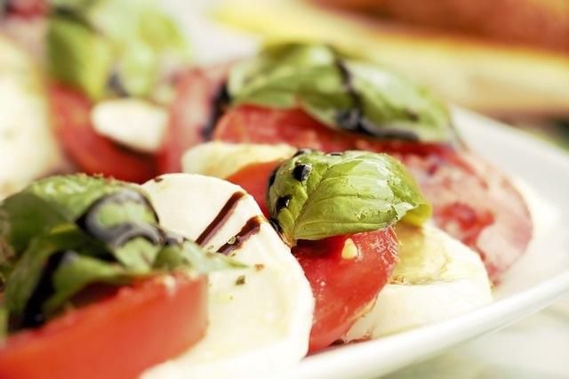 Basilicumthee een boost voor je gezondheid basilicum tomaat mozzarella