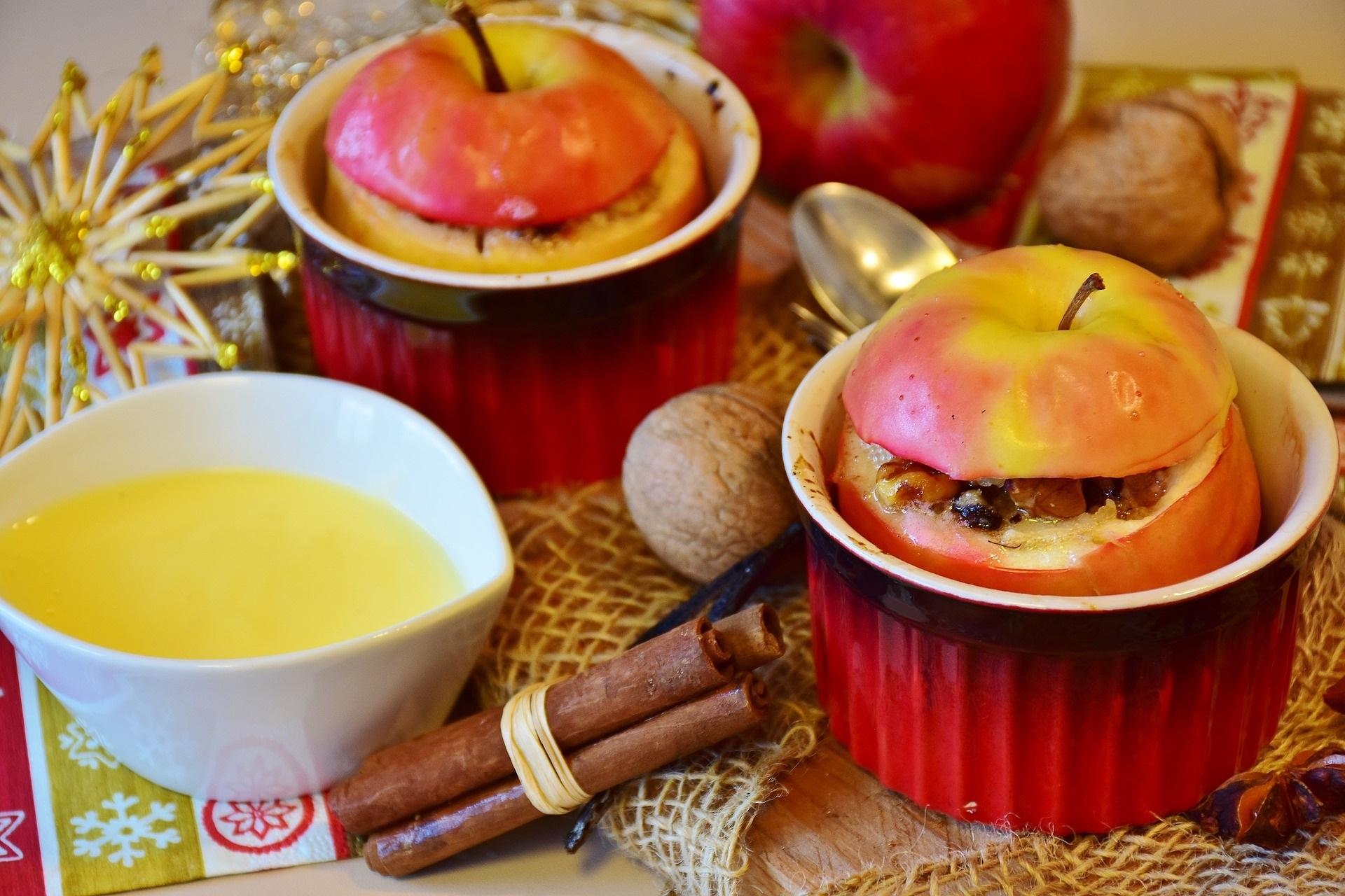 Gevulde appel uit de oven met verse vanillesaus