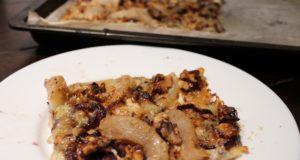 Recept Flammkuchen met rode uien in wijnsaus, peren en gorgonzola 1