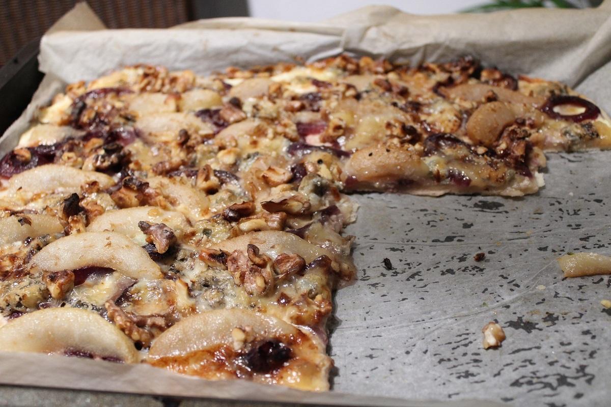 Recept Flammkuchen met rode uien in wijnsaus, peren en gorgonzola