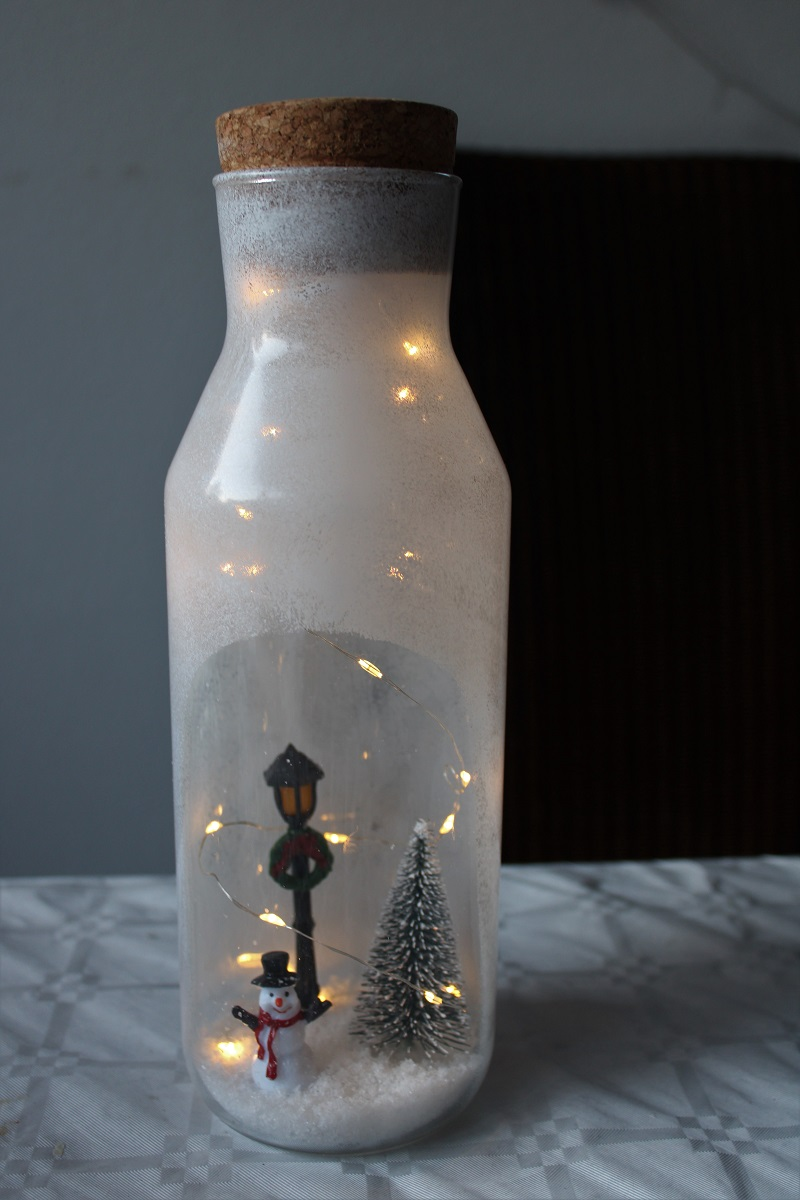 Kerst DIY winter in een fles met verlichting figuurtjes verlicht