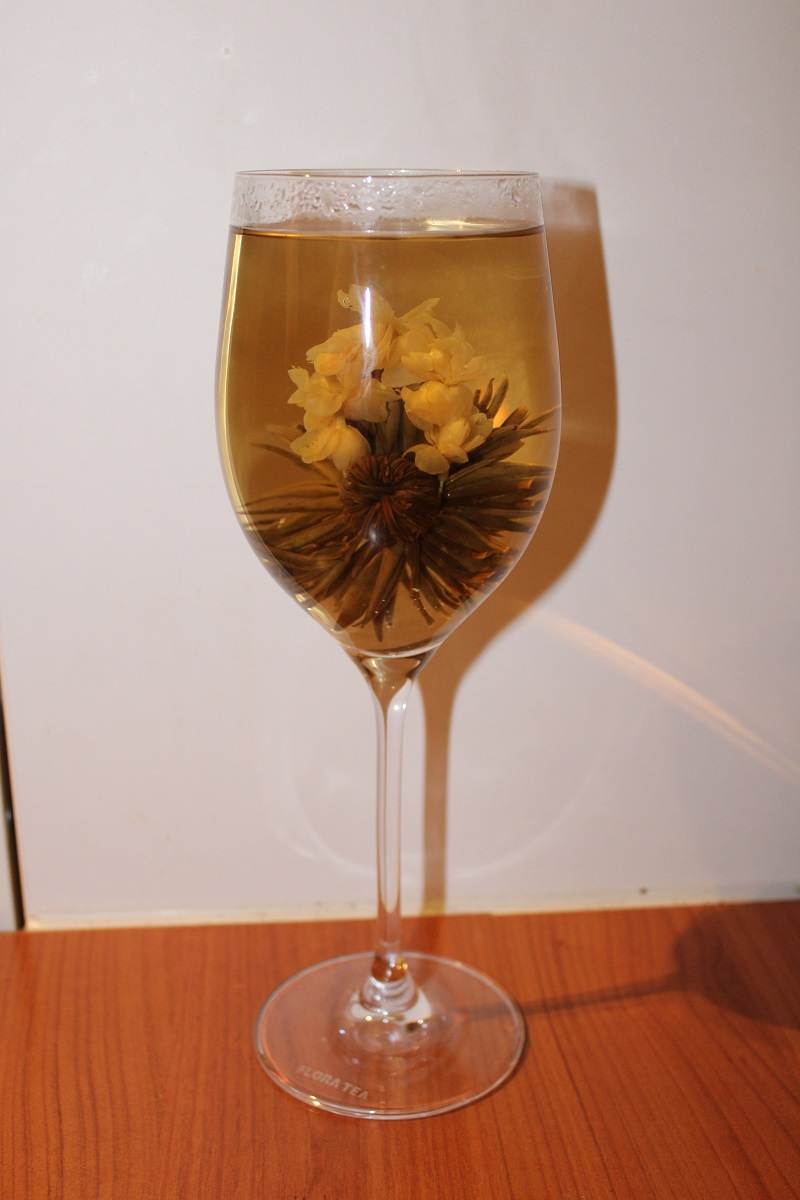 flora tea in glas