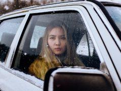 Autorijden met winterjas aan is gevaarlijk