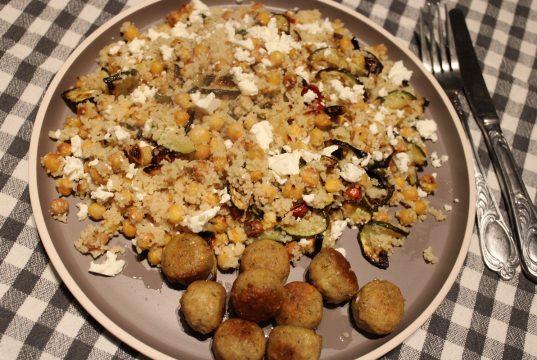 Couscous met gebakken kikkererwten, groente en falafel