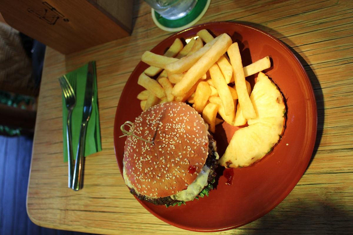 Lekker eten en vermaak voor de kinderen bij BamBoo Beach Club in Ahaus hamburger